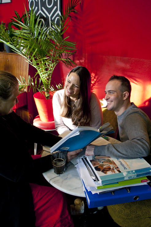Learn German for advanced learners; teachers having a conversation in a café