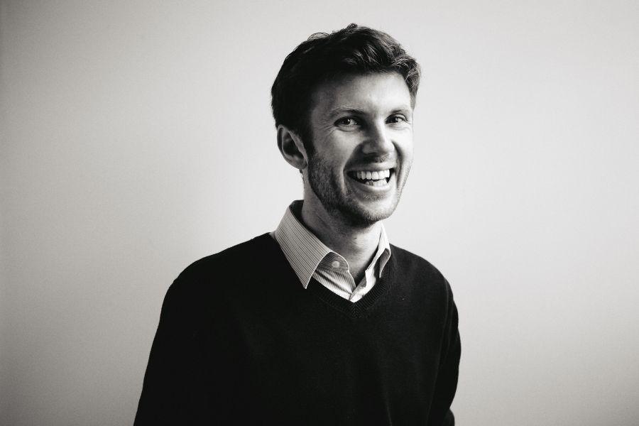 die deutSCHule; Lehrer Adrian Porträt lächelt in Kamera