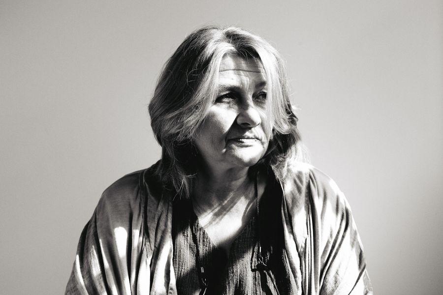 die deutSCHule; Lehrerin Anna Porträt mit Lichtreflexen