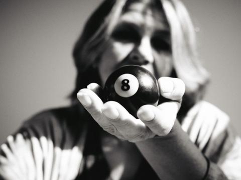 die deutSCHule; Lehrerin Porträt Anna hält die Billiardkugel 8 in der Hand