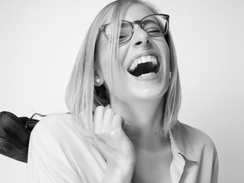 die deutSCHule; Lehrerin Porträt Martina lacht in die Kamera