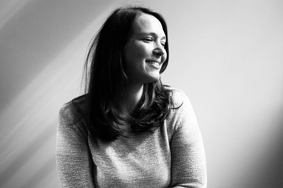 die deutSCHule; Lehrerin Porträt Nadine lächelt mit geschlossenen Augen