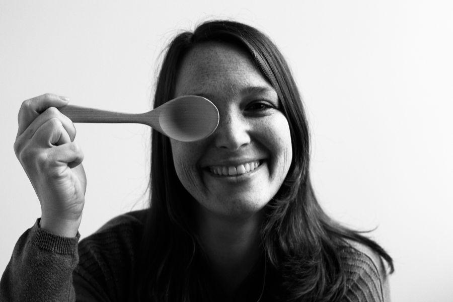 die deutSCHule; Lehrerin Porträt Nadine hält einen Kochlöffel vor ihr rechtes Auge