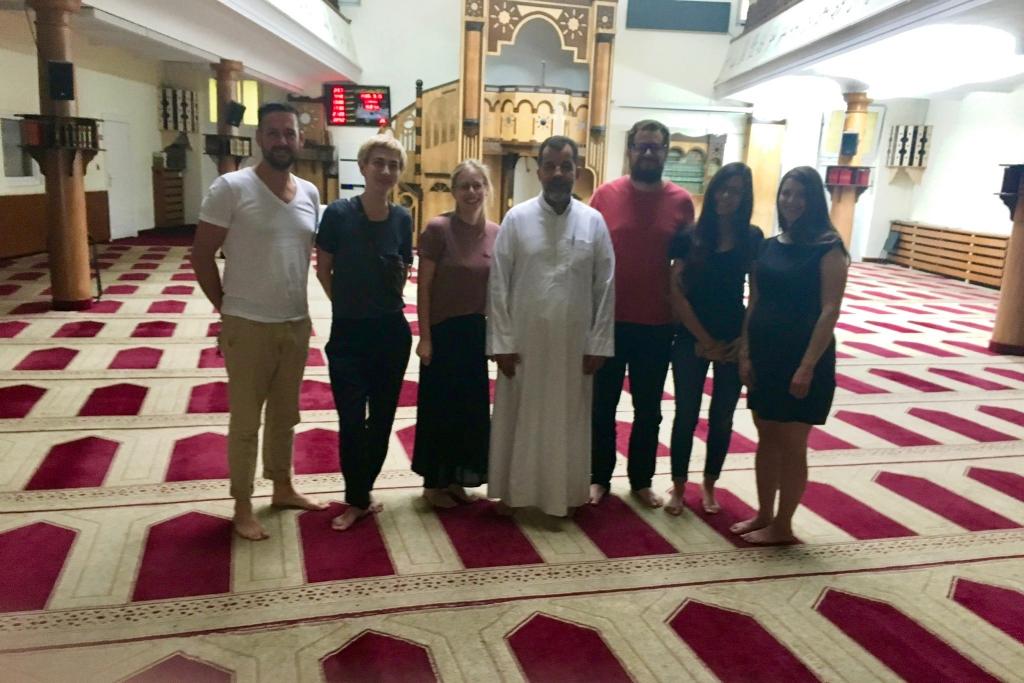 Konversationskurs Berlin; Schülerinnen mit Imam in einer Moschee