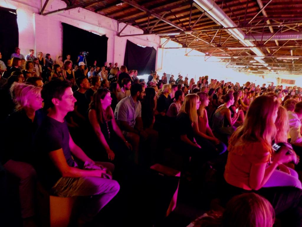 Konversationskurs Berlin; Schülerinnen im Publikum einer Modenschau
