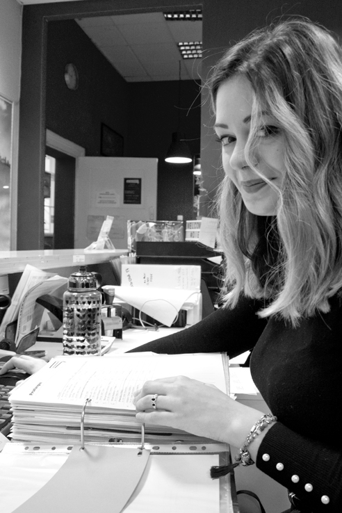 Team - die deutSCHule; Büromitarbeiterin Giulia schaut aus dem Profil in die Kamera