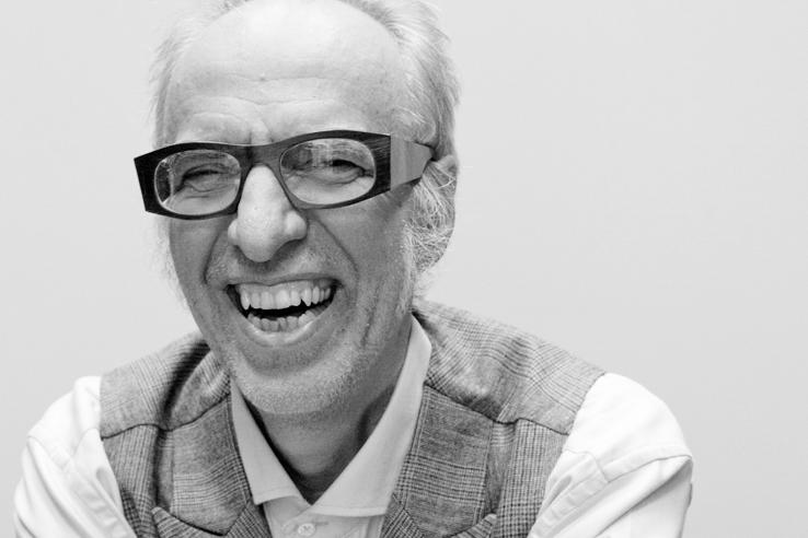 Team - die deutSCHule; Inhaber Philipp Götz lacht in die Kamera