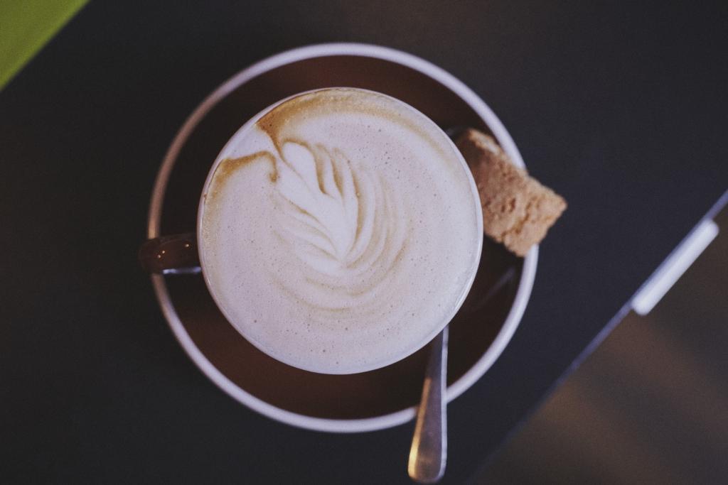 Café die deutSCHule; eine Tasse Capuccino mit Dekoration