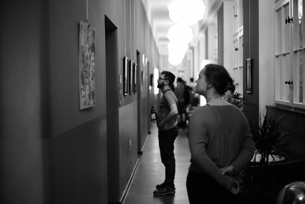 Café die deutSCHule; students in the hallway staring at pictures