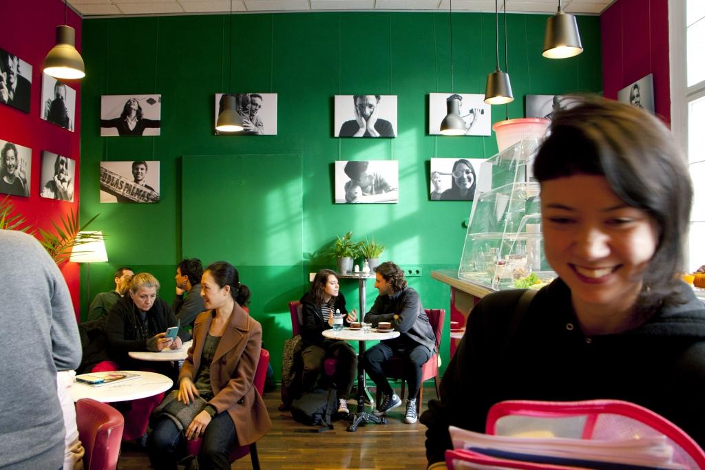 Café die deutSCHule; Schüler und Lehrerinnen sitzen im Café und unterhalten sich