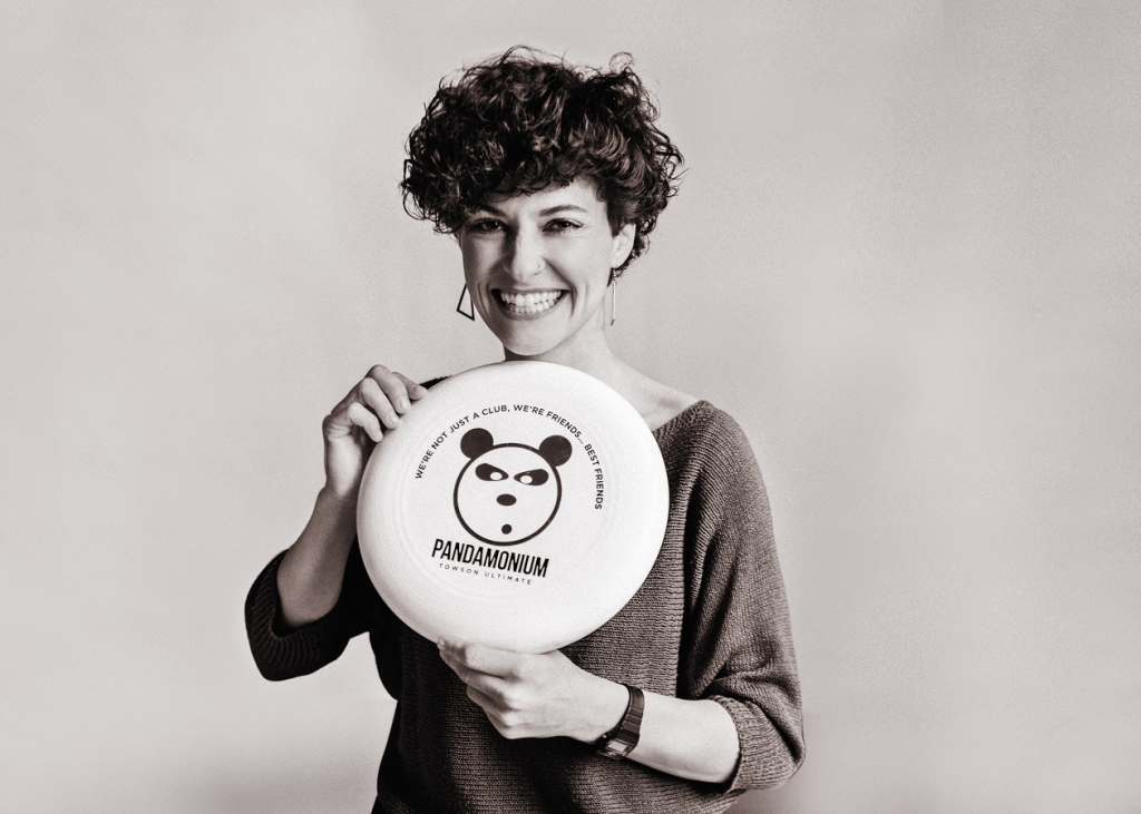 die deutSCHule teacher Rebecca Eltgen holding a frisbee in her hands