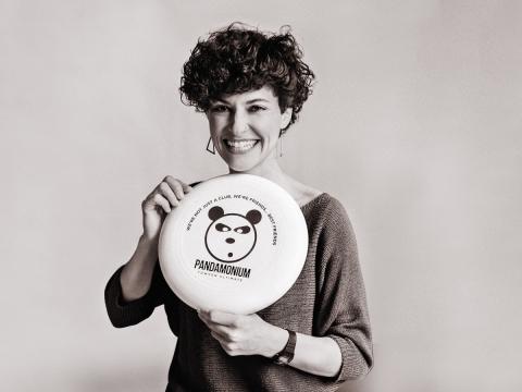 die deutSCHule Lehrerin Rebecca Eltgen hält eine Frisbee in der Hand