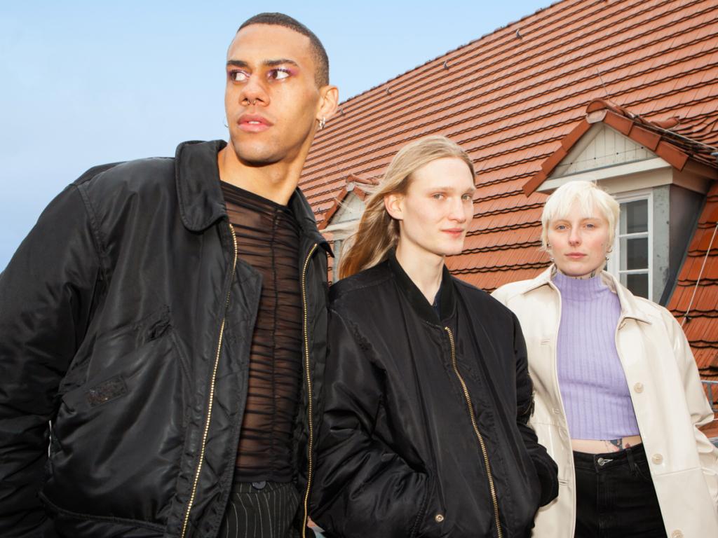 die deutSCHule; Schuelerinnen stehen auf dem Dach der Schule